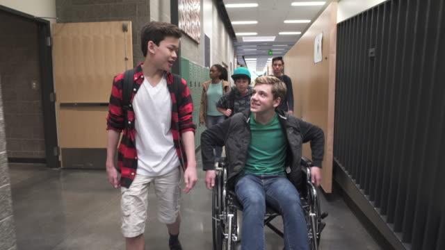 vídeos y material grabado en eventos de stock de medium shot of two friends chatting on school corridor - 12 13 años