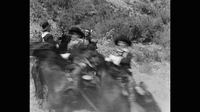 vídeos y material grabado en eventos de stock de medium shot of us cavalrymen riding horses in desert - escena no urbana