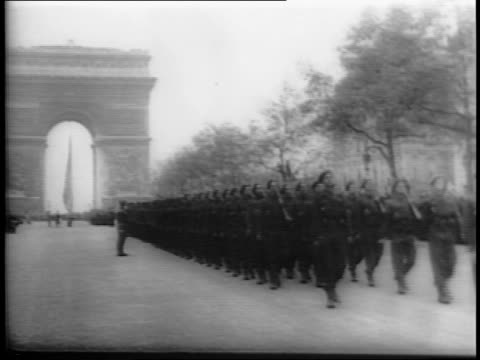 medium shot of winston churchill and charles de gaulle watching soldiers marching past in the paris street / wide shot of canadian and french and... - 凱旋門点の映像素材/bロール