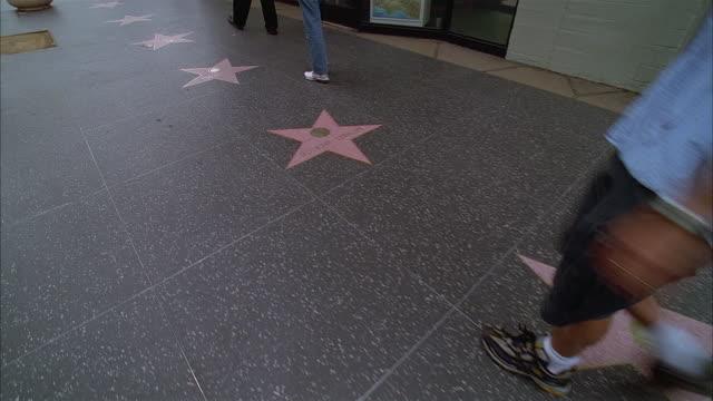 vídeos de stock e filmes b-roll de medium shot over hollywood walk of fame / hollywood, california - passeio da fama de hollywood