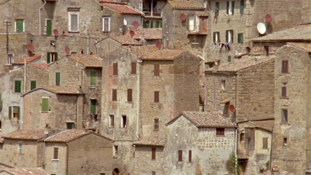 vidéos et rushes de medium shot pan across houses in the hillside town of sorano / tuscany, italy - toscane