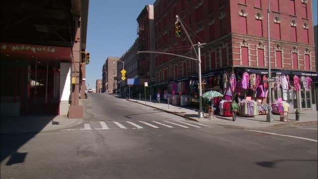 medium shot pan across intersection in spanish harlem / new york city - 十字路点の映像素材/bロール