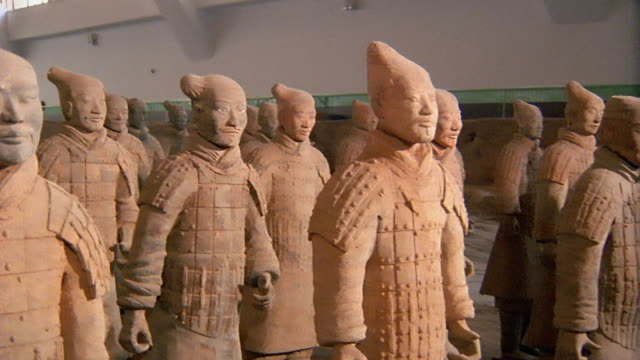 medium shot pan rows of terra cotta warriors facing in same direction / xi'an, china - heer stock-videos und b-roll-filmmaterial