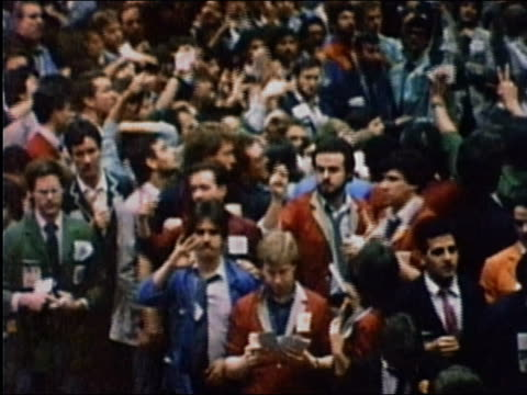 1987 medium shot pan traders gesturing on exchange floor chicago board of trade / audio - 1987 bildbanksvideor och videomaterial från bakom kulisserna
