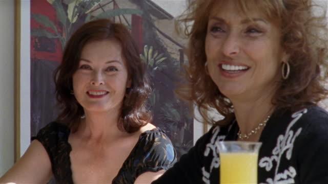 vídeos y material grabado en eventos de stock de medium shot portrait two women with drinks/ san francisco, california - de lado a lado