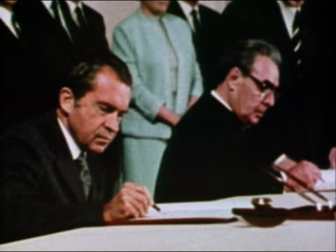vídeos de stock e filmes b-roll de 1974 medium shot president nixon and leonid brezhnev signing agreement - leonid brezhnev