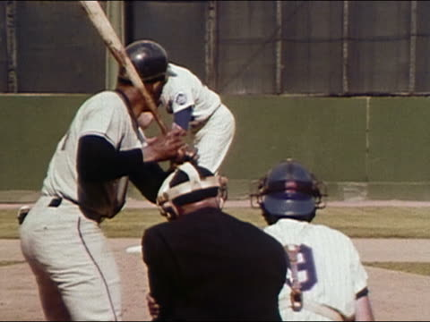 1968 medium shot rear view of willie mays at the plate / swinging baseball bat against the mets / audio - 揺れる点の映像素材/bロール