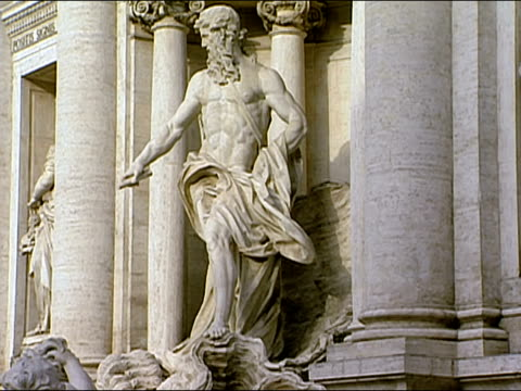 medium shot sculpture of neptune at the trevi fountain / rome, italy - männliche figur stock-videos und b-roll-filmmaterial