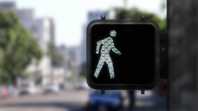 vídeos y material grabado en eventos de stock de disparo medio que muestra de cerca de la señal de paseo peatonal de la figura a pie para no caminar - luz verde semáforo