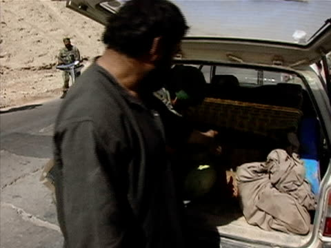 vídeos de stock, filmes e b-roll de medium shot soldiers search car at checkpoint/ afghanistan - uniforme militar