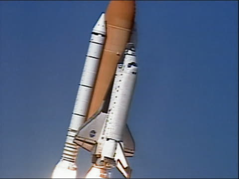 stockvideo's en b-roll-footage met medium shot space shuttle columbia traveling up from launch pad / cape canaveral, florida - 2003