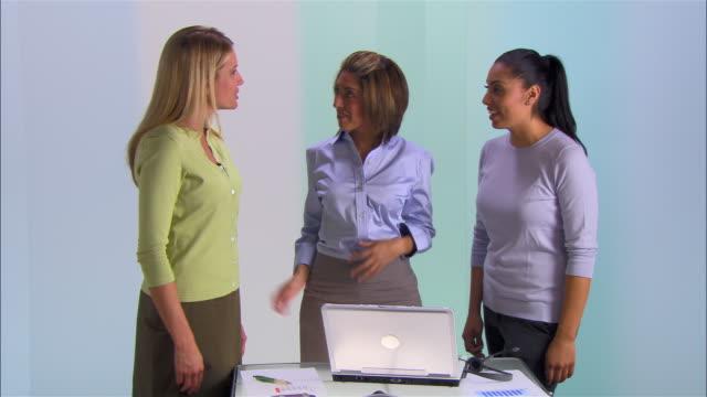 medium shot three businesswomen shaking hands - weibliche angestellte stock-videos und b-roll-filmmaterial