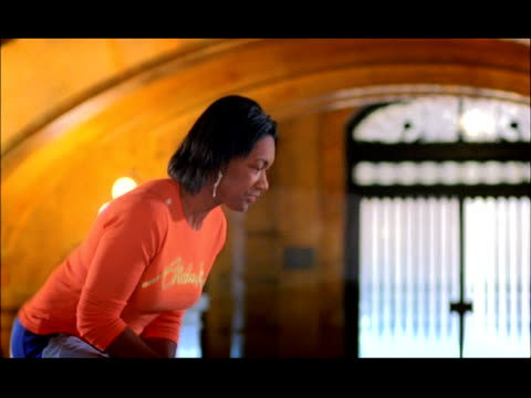 Medium shot tilt down tilt up side view young woman speed-jumping rope (double dutch)