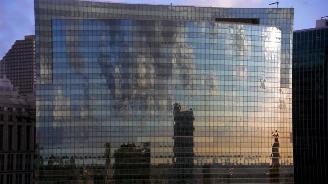 medium shot time lapse refelctions of clouds on side of glass building / chicago - 鏡点の映像素材/bロール