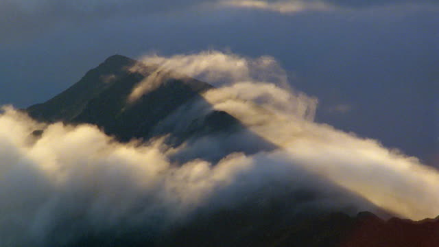medium shot time lapse wispy clouds over mountaintop / hawaii - wispy stock videos & royalty-free footage