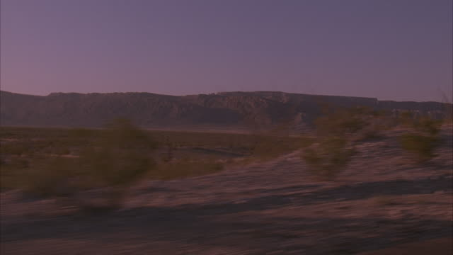 stockvideo's en b-roll-footage met side pov, pan, medium shot, tour bus driving on desert highway, usa - dubbeldekker bus