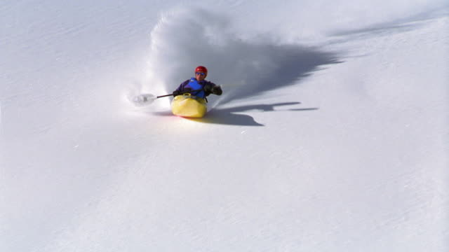 vidéos et rushes de medium shot tracking shot person snow kayaking on mountain, taking sharp turn and flipping over / aspen, colorado - kayak