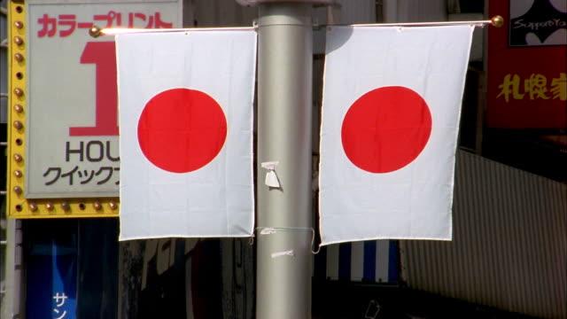vidéos et rushes de medium shot two japanese flags / tokyo - patriotisme