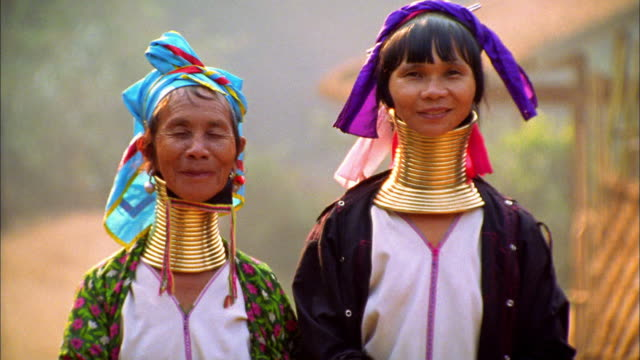 vídeos de stock, filmes e b-roll de medium shot two women of long-necked karen tribe (padaung) with neck rings / thailand - colar