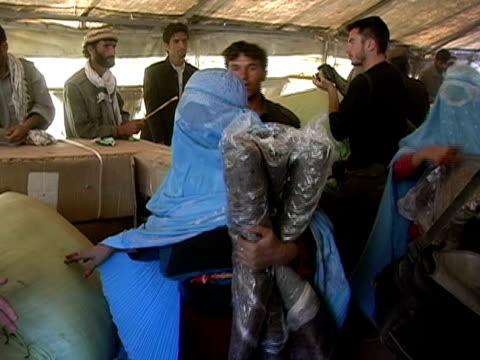 vídeos de stock e filmes b-roll de medium shot us troops handing out blankets - operação enduring freedom