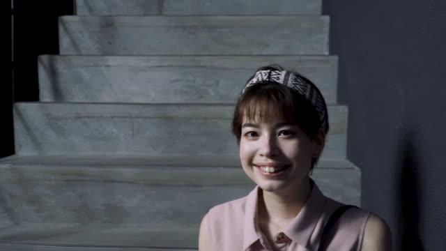 vídeos y material grabado en eventos de stock de medium shot video portrait of a generation z aged woman removing a protective face mask - generation z