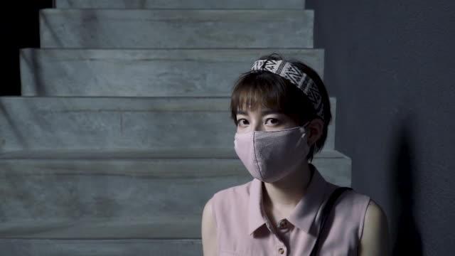 vídeos y material grabado en eventos de stock de medium shot video portrait of a generation z aged woman wearing a protective face mask - generation z