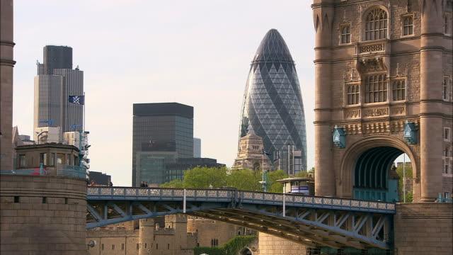 medium shot view of tower bridge and gherkin (swiss re building) / london - 跳開橋点の映像素材/bロール