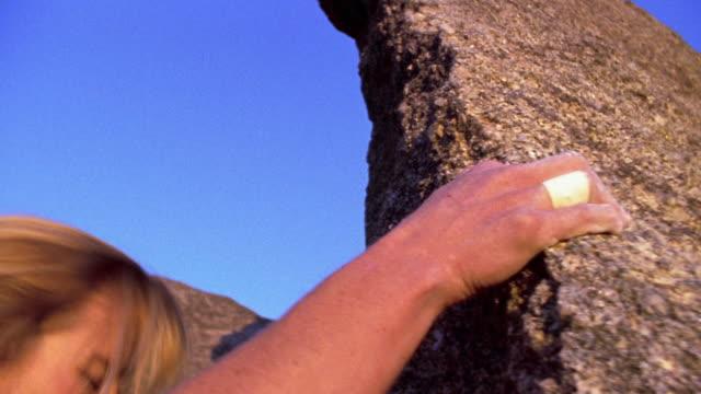 vídeos de stock e filmes b-roll de medium shot woman climbing rock / new mexico - desporto radical