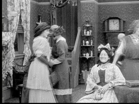 stockvideo's en b-roll-footage met 1913 b/w medium shot women and girl talking in living room / usa  - 19e eeuwse stijl