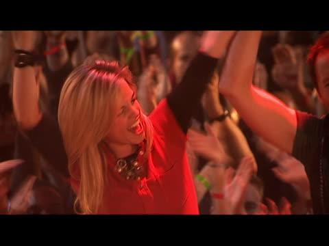 vídeos de stock e filmes b-roll de medium shot young woman sitting on shoulders at concert and holding hands with man/ pan man sitting on shoulders/ london, england - carregar uma pessoa nos ombros