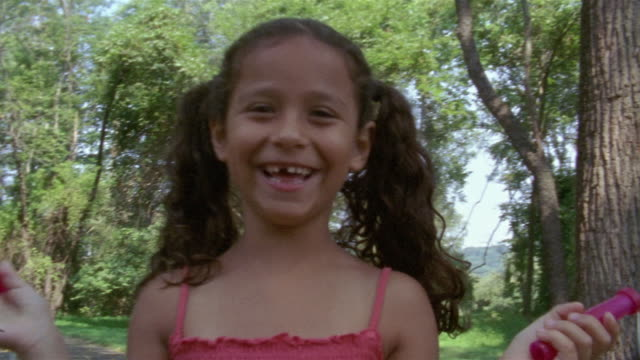 vidéos et rushes de medium shot zoom in girl jumping rope in woods/ clinton, new jersey - une seule petite fille