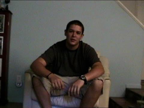 vídeos y material grabado en eventos de stock de medium shot zoom in man sitting, rolling and rippling his tongue/ california - sólo hombres jóvenes