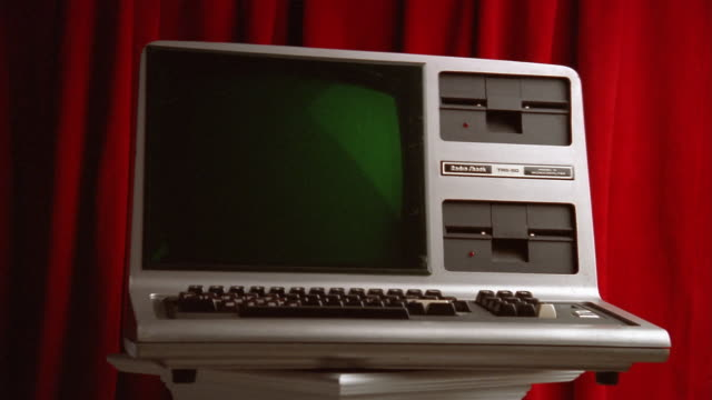 medium shot zoom in radio shack trs-80 desktop computer / close up - 2000s style点の映像素材/bロール