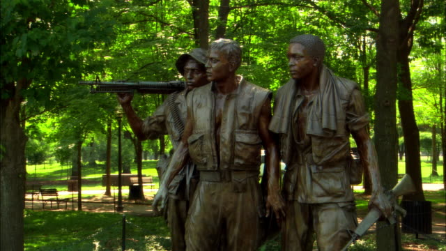 medium shot zoom in vietnam veterans statue at vietnam veterans memorial/ washington dc - vietnam veterans memorial video stock e b–roll