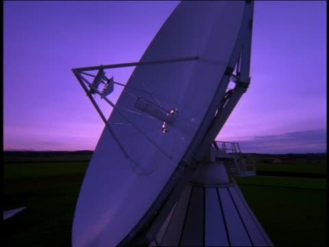 vídeos y material grabado en eventos de stock de medium shot zoom in zoom out satellite dish - antena parabólica