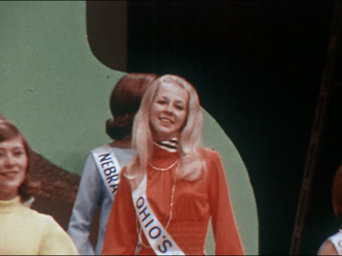 vidéos et rushes de 1970 medium shot zoom out america's junior miss contestants wearing minidresses and swaying to the music - ballotter