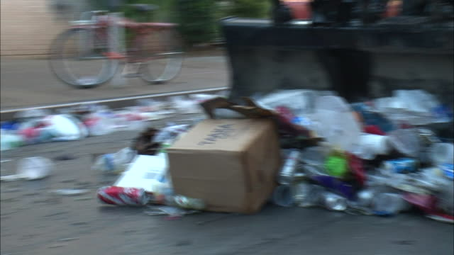 stockvideo's en b-roll-footage met medium shot zoom out - garbage truck pushing trash down street / new orleans louisiana - handen in een kommetje