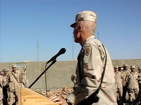 medium shot zoom out general speaking to soldiers on us military base/ afghanistan - operazione enduring freedom video stock e b–roll