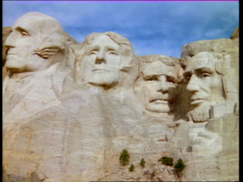 medium shot zoom out mount rushmore / south dakota - präsident der usa stock-videos und b-roll-filmmaterial