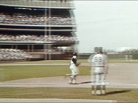 1968 medium shot zoom out tracking shot willie mays hitting home run against the mets / running the bases / audio - frivarv bildbanksvideor och videomaterial från bakom kulisserna