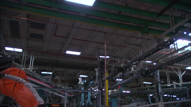 vidéos et rushes de medium static - a mechanical arm operates in a factory /  wisconsin, united states - machinerie