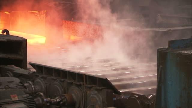 vidéos et rushes de medium static - machinery processes a red-hot sheet of metal / claymont, delaware  - aciérie