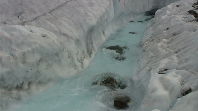 stockvideo's en b-roll-footage met medium static - water rushes through an icy crevice / alaska, usa - crevice