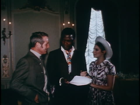 stockvideo's en b-roll-footage met medium three shot newman poitier and streisand with document for production company - barbra streisand