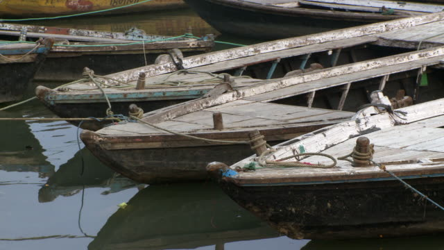 medium tight shot of several moored boats. - 五つ点の映像素材/bロール