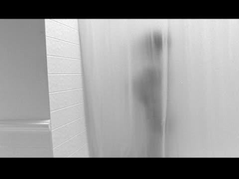 vídeos de stock e filmes b-roll de medium - homem tomando banho