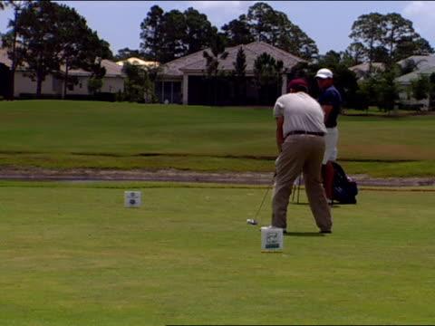 vídeos de stock, filmes e b-roll de medium - bolsa de golfe