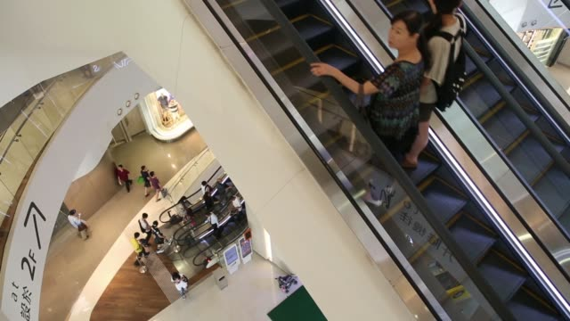 stockvideo's en b-roll-footage met medium view of feet of shoppers as they walk off an escalator at hysan development cos hysan place mall in the causeway bay district of hong kong... - hongkong eiland