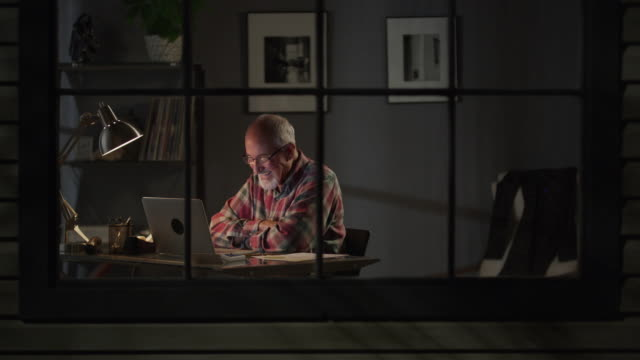 vídeos y material grabado en eventos de stock de medium zoom in shot of older man video chatting on laptop / cedar hills, utah, united states - gesticular