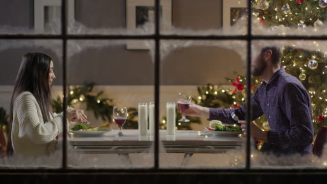 vídeos y material grabado en eventos de stock de medium zoom out shot of couple eating at meal on christmas / cedar hills, utah, united states - modales de mesa